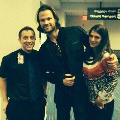 Nova Foto de Jared, Genevieve Padalecki e fã pic.twitter.com/ZLZ88KmdUL