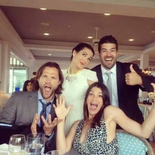 Jared E Genevieve Padalecki em um casamento com amigos