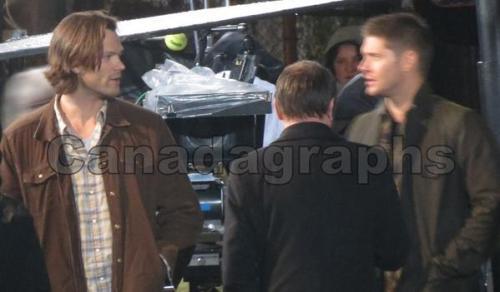 Jared Padalecki (Sam), Jensen Ackles (Dean) e Mark A. Sheppard (Crowley)