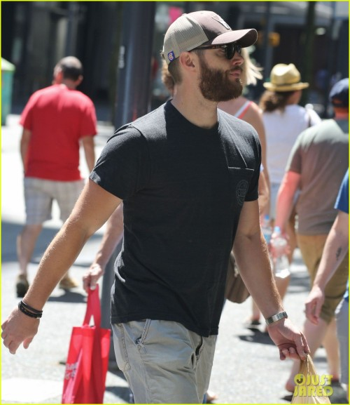 "Exclusive... 51784607 ""Supernatural"" star Jensen Ackles seen running some errands in Vancouver, Canada on June 27, 2015. Jensen was sporting a bushy beard before the upcoming filming of 'Supernatural'. FameFlynet, Inc - Beverly Hills, CA, USA - +1 (818) 307-4813"