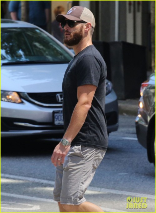 "Exclusive... 51784610 ""Supernatural"" star Jensen Ackles seen running some errands in Vancouver, Canada on June 27, 2015. Jensen was sporting a bushy beard before the upcoming filming of 'Supernatural'. FameFlynet, Inc - Beverly Hills, CA, USA - +1 (818) 307-4813"