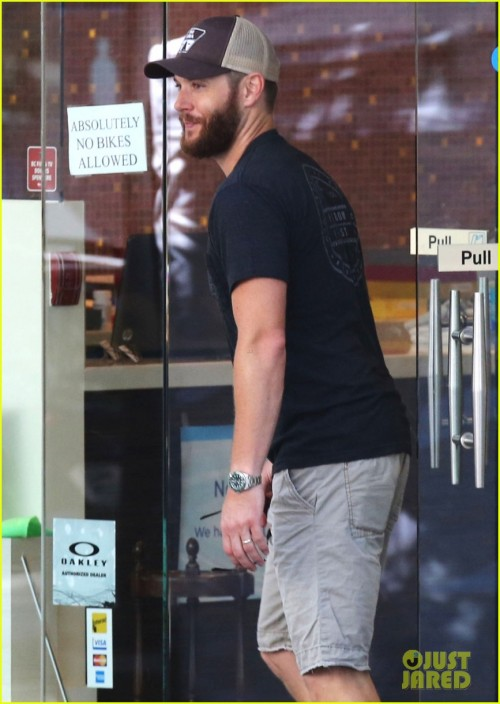 "Exclusive... 51784608 ""Supernatural"" star Jensen Ackles seen running some errands in Vancouver, Canada on June 27, 2015. Jensen was sporting a bushy beard before the upcoming filming of 'Supernatural'. FameFlynet, Inc - Beverly Hills, CA, USA - +1 (818) 307-4813"