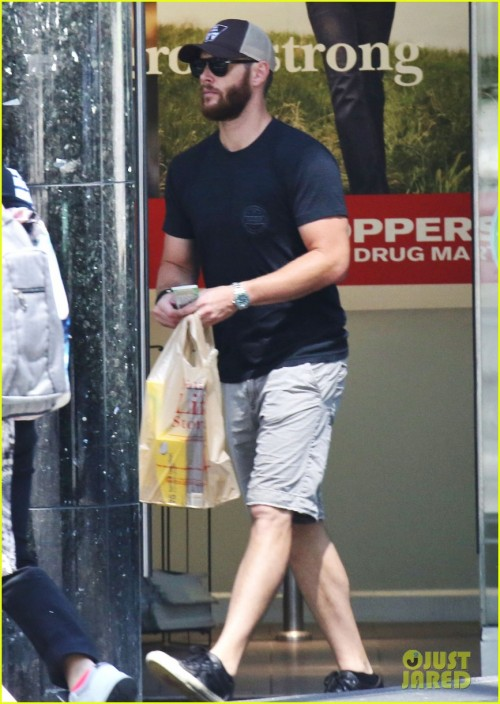 "Exclusive... 51784612 ""Supernatural"" star Jensen Ackles seen running some errands in Vancouver, Canada on June 27, 2015. Jensen was sporting a bushy beard before the upcoming filming of 'Supernatural'. FameFlynet, Inc - Beverly Hills, CA, USA - +1 (818) 307-4813"