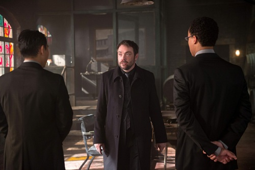 "Supernatural -- ""Out of the Darkness, Into the Fire""  -- Image SN1102A_0173.jpg -- Pictured: Mark Sheppard as Crowley (CENTER) -- Photo: Diyah Pera/The CW -- © 2015 The CW Network, LLC. All Rights Reserved."